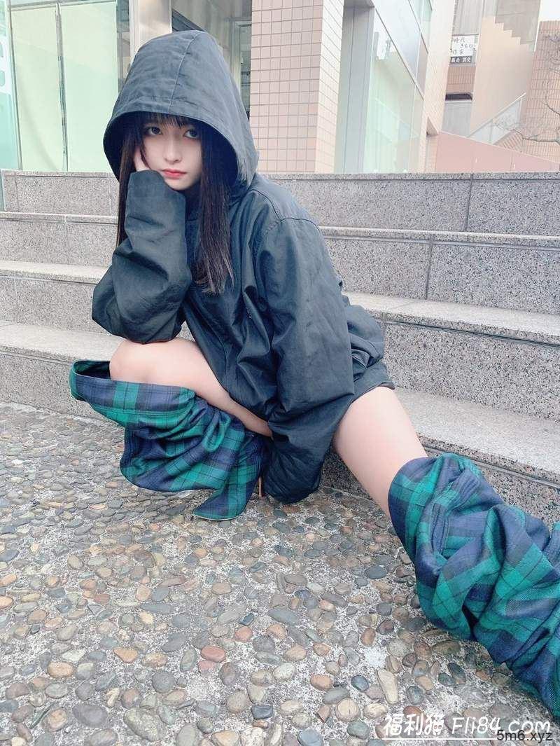 """日本正妹穿了像""""裤子脱一半""""的时尚长靴去逛好市多 引来观众围观!"""