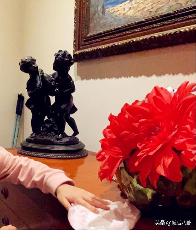 """梁咏琪女儿生日当天被""""罚""""扫卫生,意外暴露豪宅一角装修很雅致"""