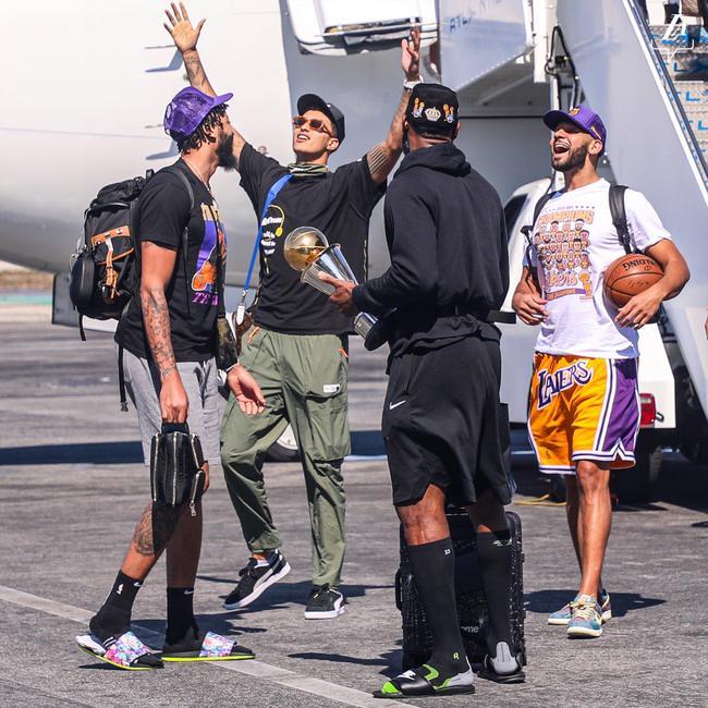 【博狗体育】视频-湖人包机飞抵洛杉矶 大批球迷在机场接机