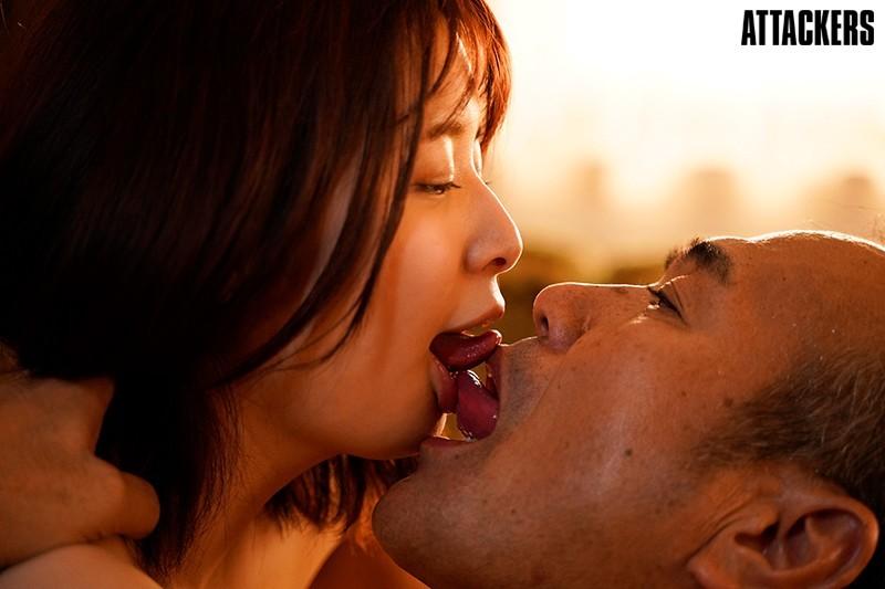 公公接吻技巧太高超 「二宫ひかり」自愿腿张开被中出