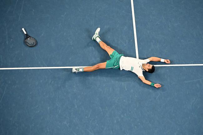【博狗体育】夺冠时刻!德约科维奇激动躺倒 还拍了拍这片福地