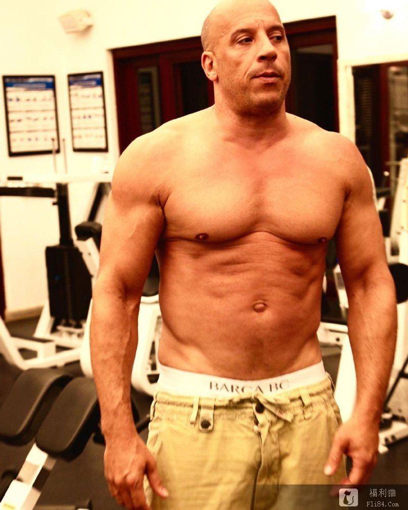 52岁冯迪索秀肌肉身材,玩命光头狂健身重回唐老大猛男形象!