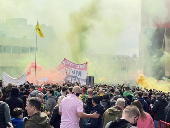 【博狗体育】抗议格雷泽家族!球迷涌入曼联主场 双红会或延期
